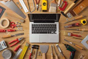 39379278-Ordinateur-portable-sur-une-table-de-travail-avec-des-outils-de-bricolage-et-de-construction-tout-au-Banque-d'images